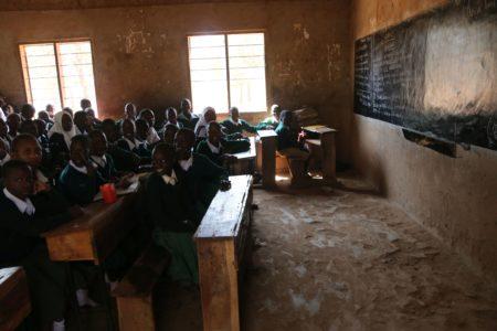Szkoły z Tanzanii są przepełnione. W państwowej podstawówce klasy liczą 100–200 osób